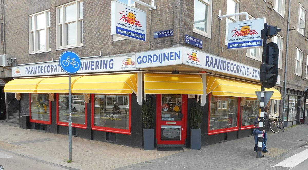 De jaloezie showroom en winkel van Protect Sun zonwering en raamdecoratie aan de Bos en Lommerweg 152 Amsterdam west. Op de hoek van de Admiraal de Ruijterweg dicht bij de Haarlemmerweg.
